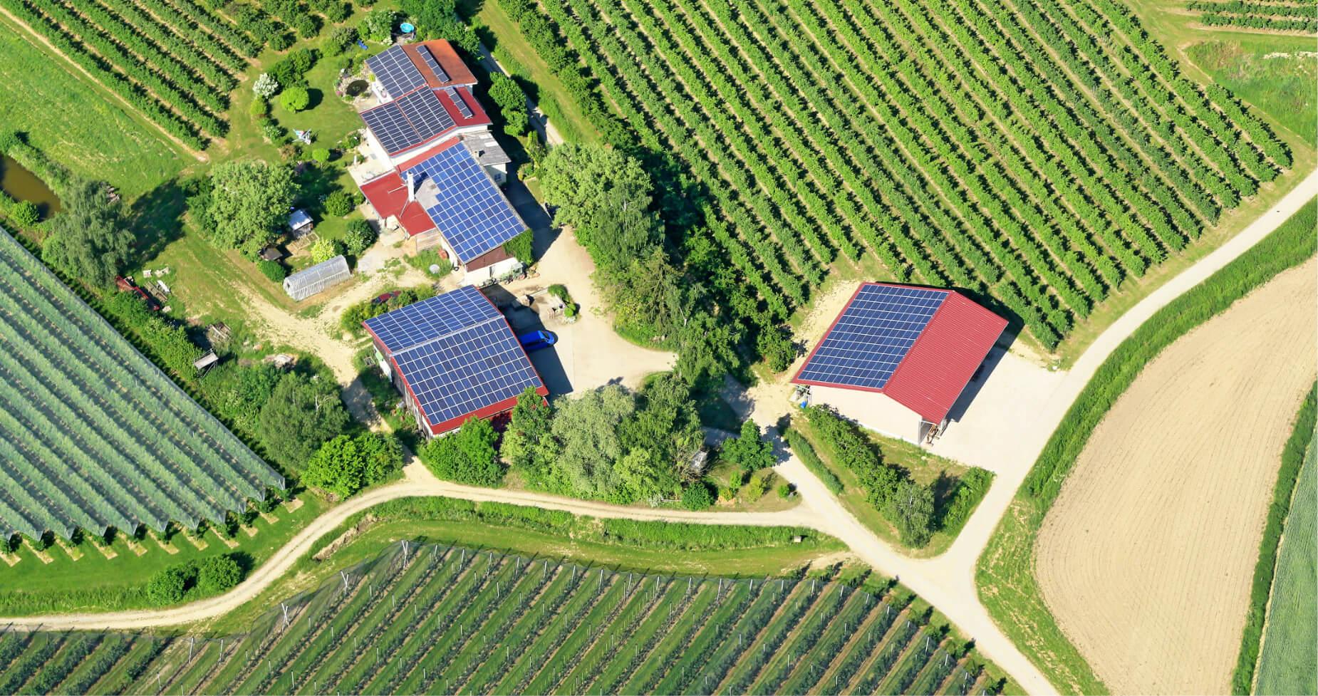 Casas de campo con placas solares fotovoltaicas.