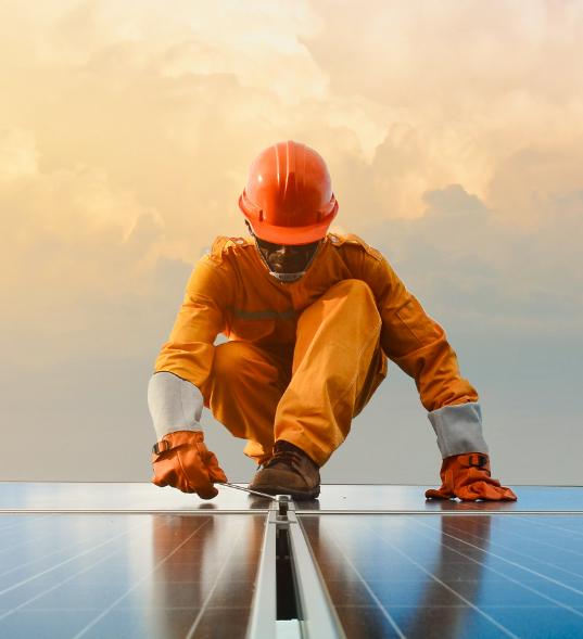 Trabajador revisando una instalación de placas solares fotovoltaicas.